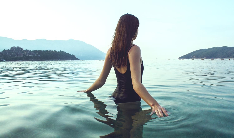 Koupání v rybnících, jezerech či bazénech může být rizikovým faktorem vzniku vaginální infekce